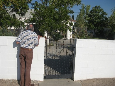 Jerry_looking_over_fence